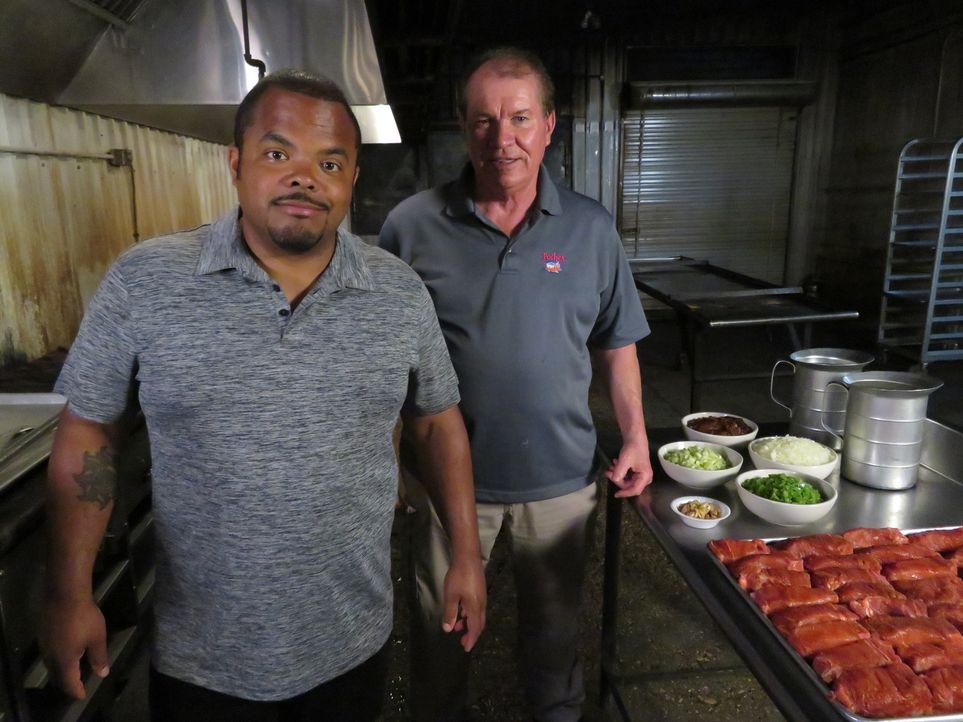 Roger Mooking (l.); Floyd Poche (r.) - Bildquelle: 2017, Television Food Network, G.P. All Rights Reserved.