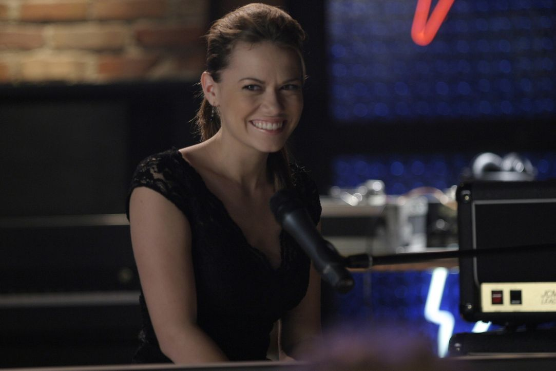 Obwohl sie schrecklich nervös ist, wird der Auftritt von Haley (Bethany Joy Galeotti) ein voller Erfolg ... - Bildquelle: Warner Bros. Pictures