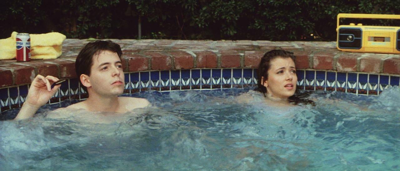 Da die Schule zuviel kostbare Zeit verschlingt, müssen Ferris (Matthew Broderick, l.) und Sloane (Mia Sara, r.) verständlicherweise blau machen ... - Bildquelle: Paramount Pictures