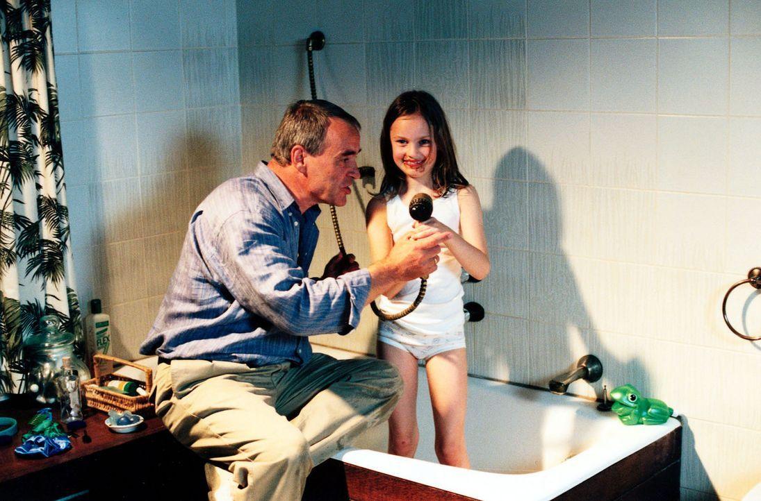 Retzlaff (Walter Kreye, l.) macht seine Enkeltochter Maya (Larisa Reihl, r.) bettfertig. - Bildquelle: Sat.1