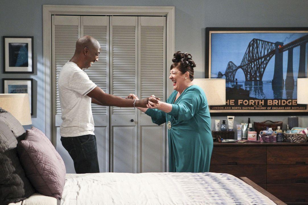 Kurz vor ihrem ersten Date putzt sich Carol (Margo Martindale, r.) mit Rays (J.B. Smoove, l.) Hilfe so richtig raus. Doch der Abend endet frühzeitig... - Bildquelle: 2013 CBS Broadcasting, Inc. All Rights Reserved.