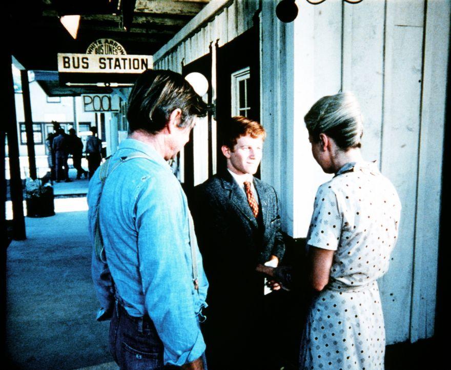 Schweren Herzens verabschieden John (Ralph Waite, l.) und Olivia (Michael Learned, r.) ihren Sohn Ben (Eric Scott, M.), der nach Nortfolk geht, um d... - Bildquelle: WARNER BROS. INTERNATIONAL TELEVISION