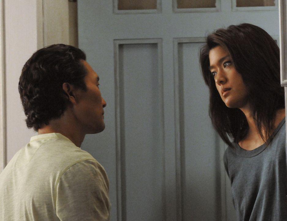 Chin (Daniel Dae Kim, l.) sorgt sich nach wie vor um Kono (Grace Park, r.) und versichert ihr, dass er immer für sie da sein wird, wenn sie reden wi... - Bildquelle: TM &   CBS Studios Inc. All Rights Reserved.