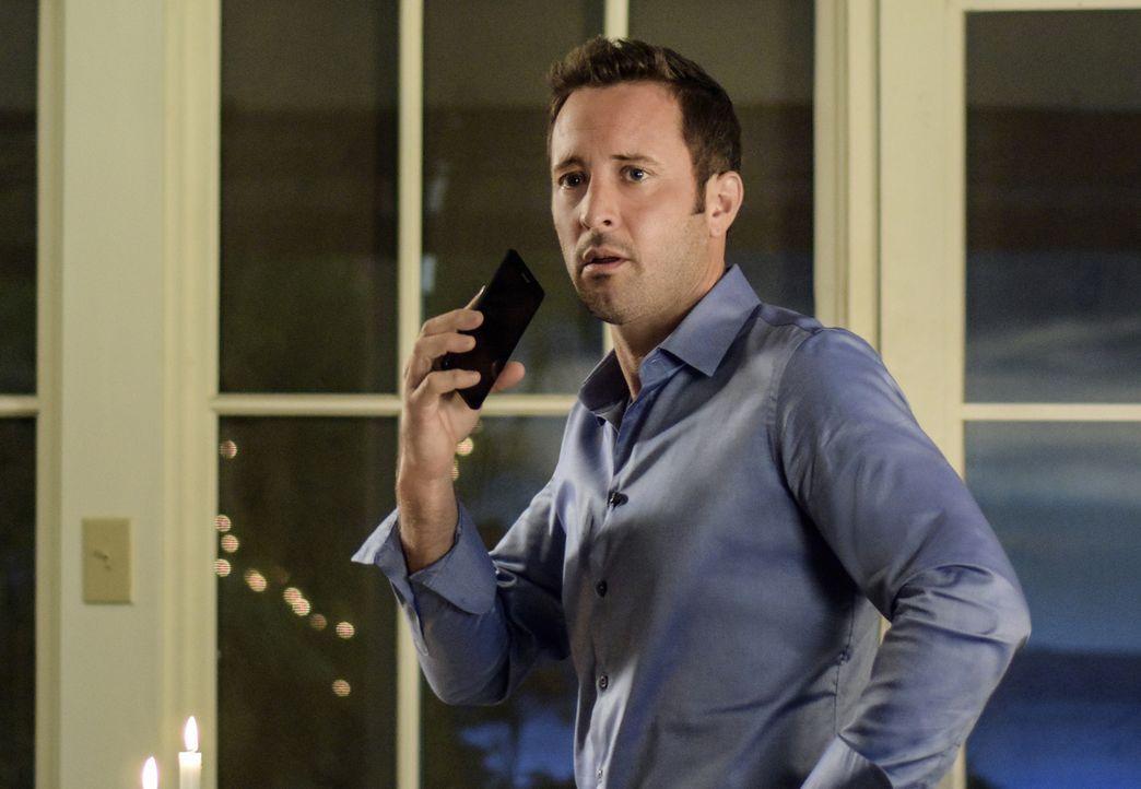 Als Steve (Alex O'Loughlin) erfährt, dass seine Mutter entführt wurde, weiß er zunächst nicht, was er tun soll. Schließlich hatte diese ihn zuvor au... - Bildquelle: Norman Shapiro 2016 CBS Broadcasting, Inc. All Rights Reserved