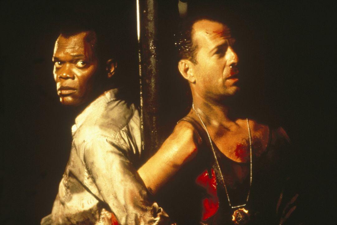 Simon beginnt ein perfides Spiel mit McClane (Bruce Willis, r.) und Zeus (Samuel L. Jackson, l.). Mittels gereimter Rätsel jagt er sie kreuz und qu... - Bildquelle: 20th Century Fox