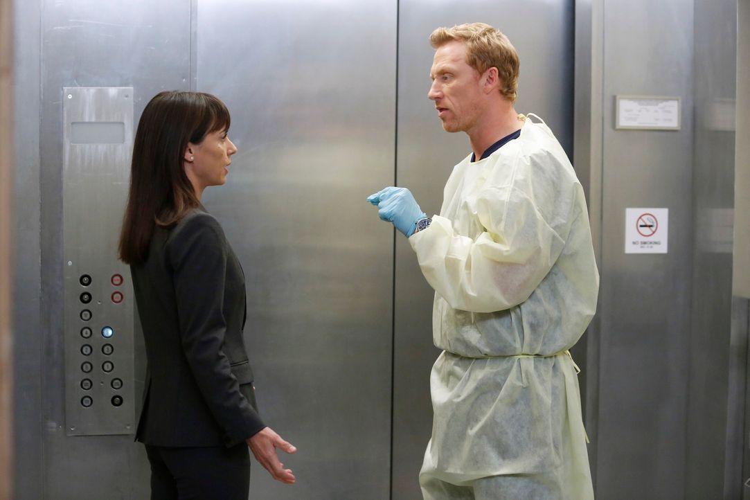 Owen (Kevin McKidd, r.) versucht Dr. Cahill (Constance Zimmer, l.) weiterhin davon zu überzeugen, die Notaufnahme des Seattle Grace nicht zu schließ... - Bildquelle: ABC Studios