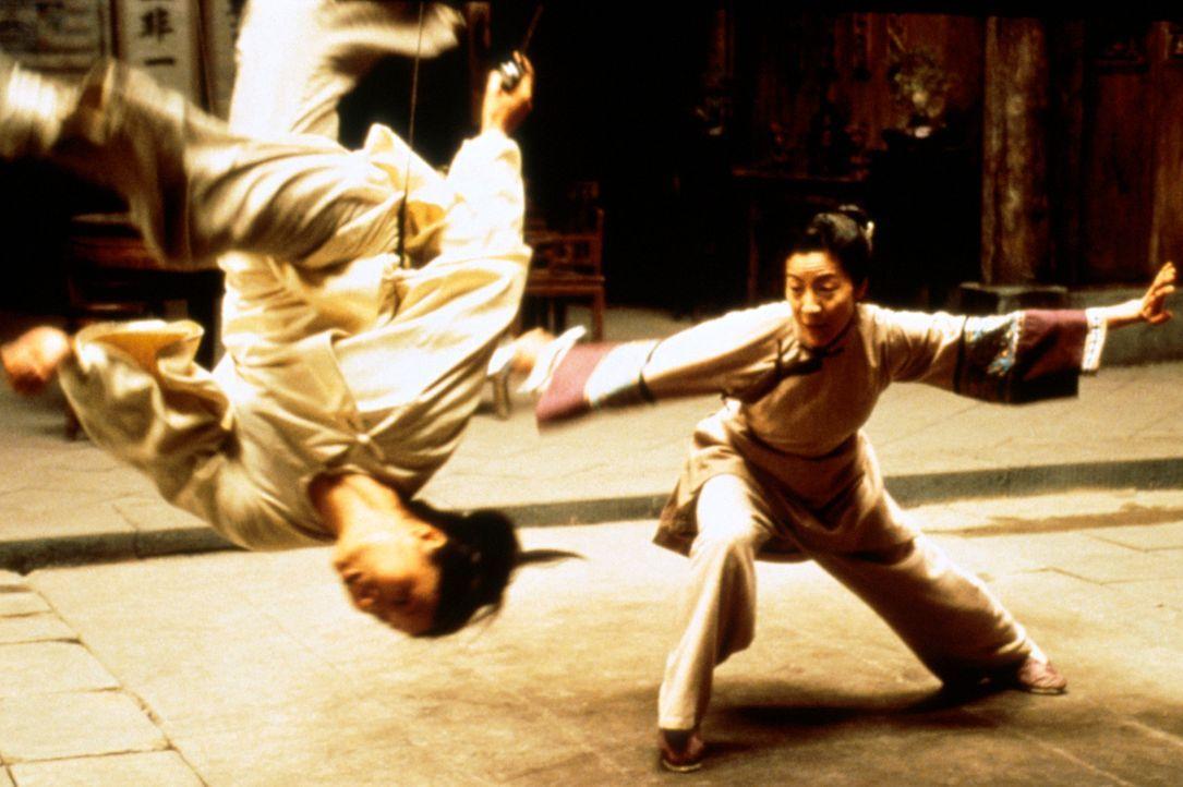 Seit langem träumt Jen Yu (Zhang Ziyi, l.) davon, eine berühmte Kämpferin zu werden. Da kommt ihr Yu Shu Lien (Michelle Yeoh, r.) wie gerufen ... - Bildquelle: ARTHAUS Filmverleih