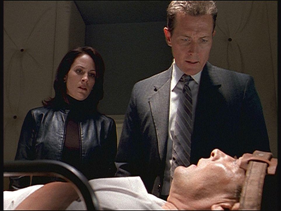 Im Zuge ihrer Ermittlungen treffen Monica Reyes (Annabeth Gish, l.) und John Doggett (Robert Patrick) auf den telepathisch begabten Joseph Kobold (J... - Bildquelle: TM +   Twentieth Century Fox Film Corporation. All Rights Reserved.