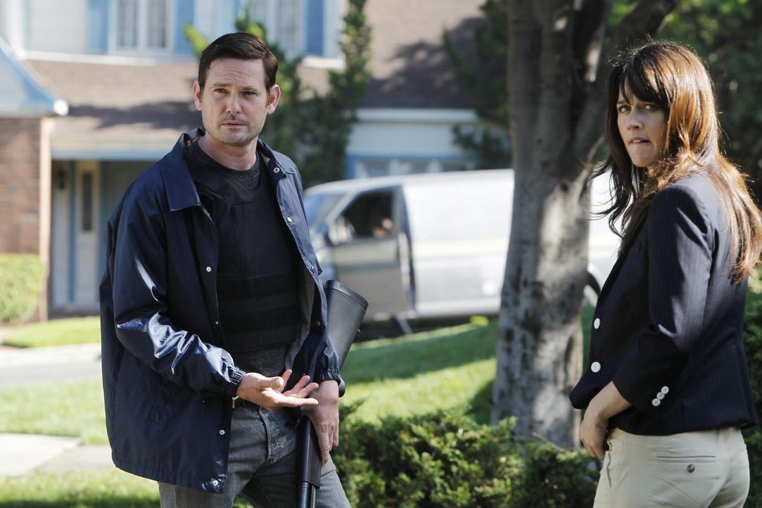 Teresa (Robin Tunney, r.) ermittelt in einem neuen Fall und stößt dabei auf ihren Bruder Tommy (Henry Thomas, l.). Doch was hat er damit zu tun? - Bildquelle: Warner Bros. Television