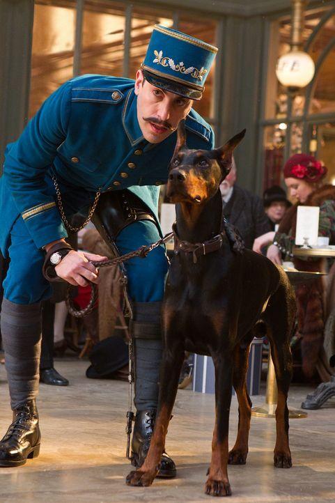 Hugo ist stets auf der Flucht vor dem hinkenden Bahnhofaufseher (Sacha Baron Cohen) und seinem gefährlichen Rottweiler ... - Bildquelle: Jaap Buitendijk 2011 GK Films.  All Rights Reserved.
