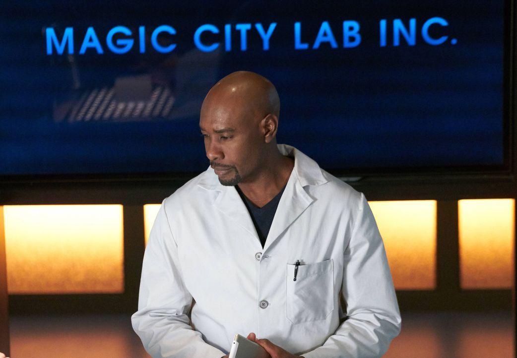 Steht vor einem Rätsel: Rosewood (Morris Chestnut) untersucht einen verdächtigen Fall, bei dem ein Mann, der ähnliche medizinische Auffälligkeiten w... - Bildquelle: 20th Century Fox International Television