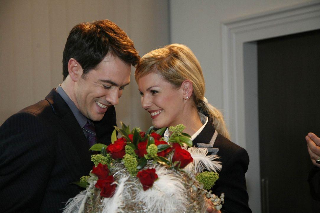 Geben ihren Hochzeittermin bekannt: Mark (Arne Stephan, l.) und Alexandra (Ivonne Schönherr, r.) ... - Bildquelle: SAT.1