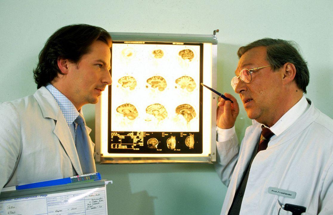 Dr. Meier-Liszt (David C. Bunners, l.) und Prof. Friedländer (Jaecki Schwarz, r.) analysieren die Röntgenbilder eines Patienten. - Bildquelle: Norbert Kuhroeber Sat.1