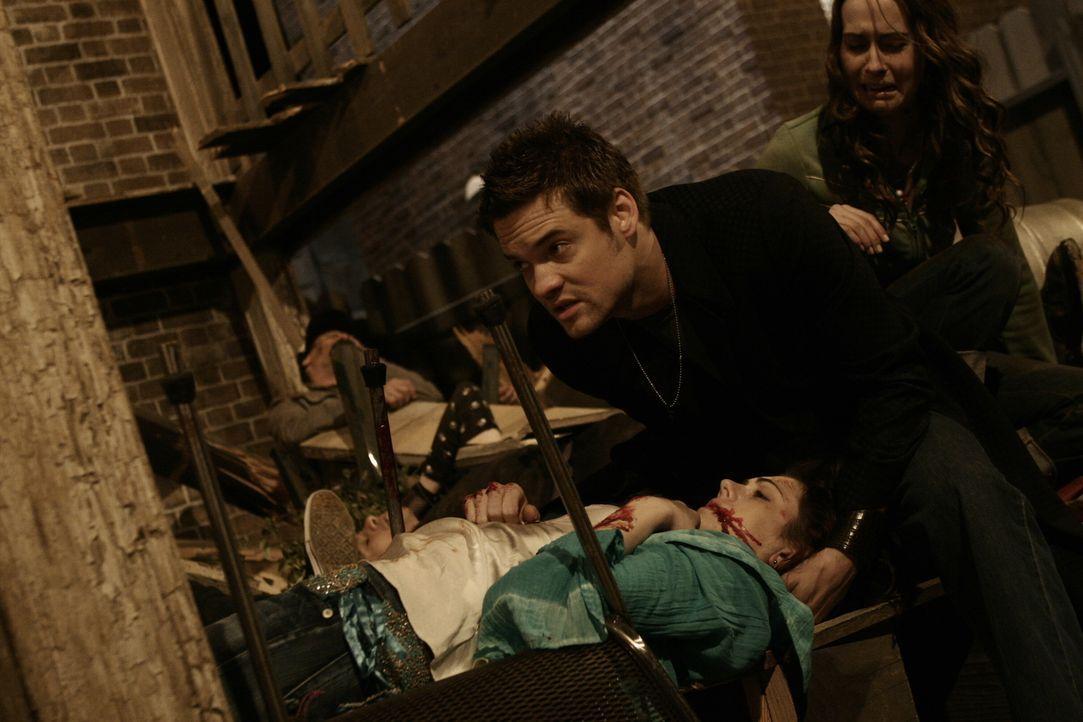 Dr. Ray Barnett (Sane West, M.) rettet sie kleine Jessica (Adrienne Wilkinson, l.) aus den Trümmern, doch wird Sie überleben? - Bildquelle: WARNER BROS