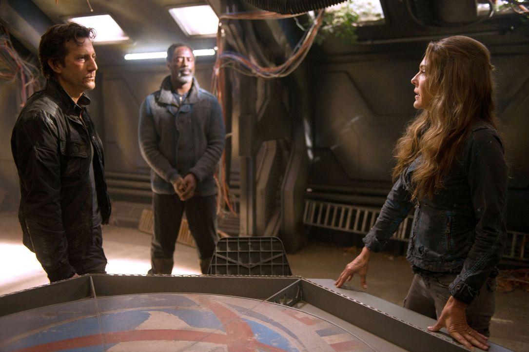 Die Ratsmitglieder Kane (Henry Ian Cusick, l.), Jaha (Isaiah Washington, M.) und auch Abi (Paige Turco, r.) sind sich über die nächsten Schritte all... - Bildquelle: 2014 Warner Brothers