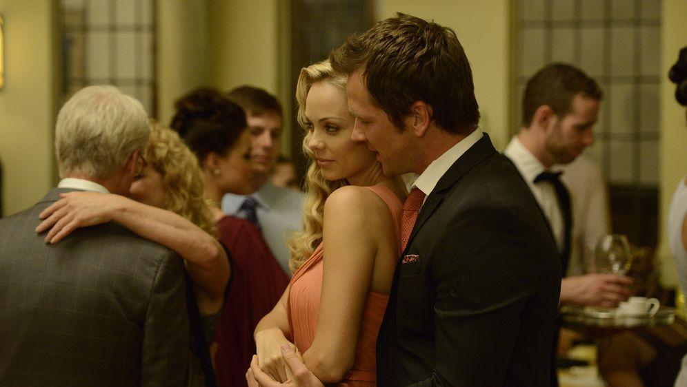 Die Beziehung zwischen Elena (Laura Vandervoort, l.) und Philip (Paul Greene... - Bildquelle: 2014 She-Wolf Season 1 Productions Inc.