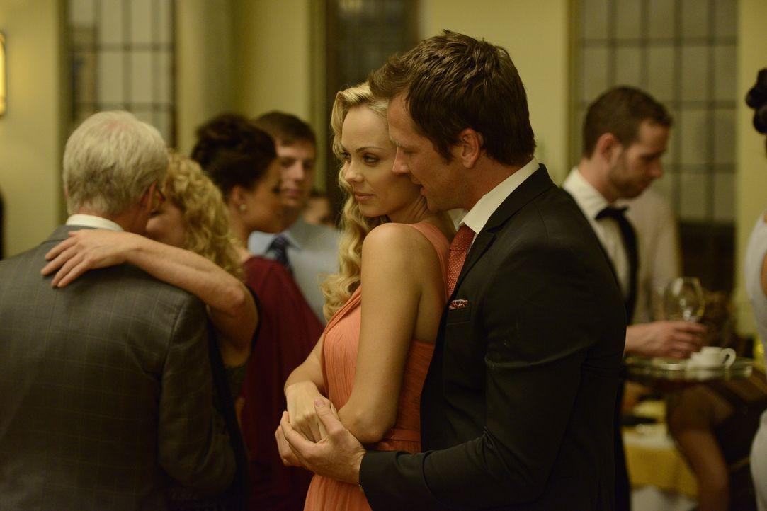 Die Beziehung zwischen Elena (Laura Vandervoort, l.) und Philip (Paul Greene, r.) könnte so schön sein, würde ihre dunkle Seite Elena nicht ständig... - Bildquelle: 2014 She-Wolf Season 1 Productions Inc.
