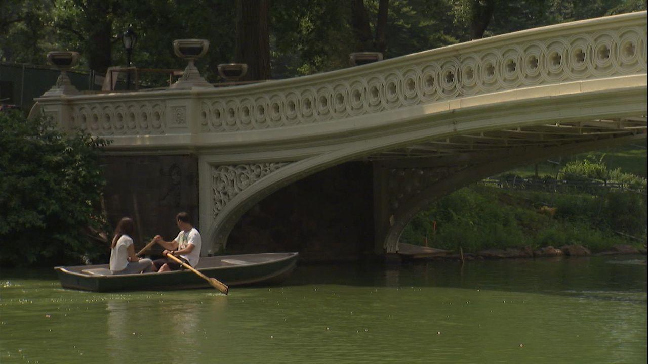 New Yorks Central Park bietet viel mehr als romantisches Bootfahren, Live Musik, Kutschen, Tiere und geheimnisvolle Wasserfälle. Hinter dem heute we... - Bildquelle: Indigo Films/ DCL