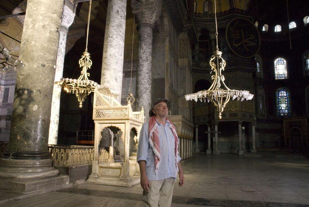 Der englische Archäologe Julian Bennett studiert die besondere Architektur der Hagia Sophia-Kuppelbasilika in Istanbul. Sie hielt trotz ihrer hohen... - Bildquelle: 2008 Darlow Smithson Productions Ltd, an IMG Entertainment Company. Parallax Film Productions Inc.