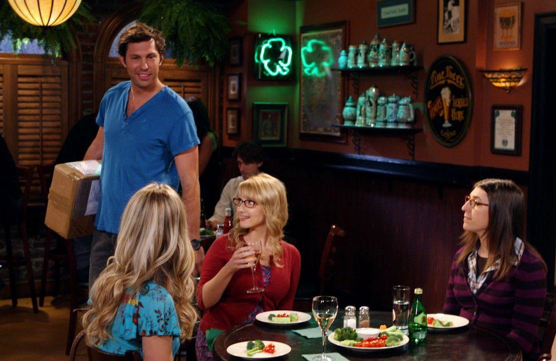 Penny (Kaley Cuoco, l.), Bernadette (Melissa Rauch, 2.v.r.) und Amy (Mayim Bialik, r.) sitzen im Restaurant, als Zack (Brian Smith, 2.v.l.), einer v... - Bildquelle: Warner Bros. Television