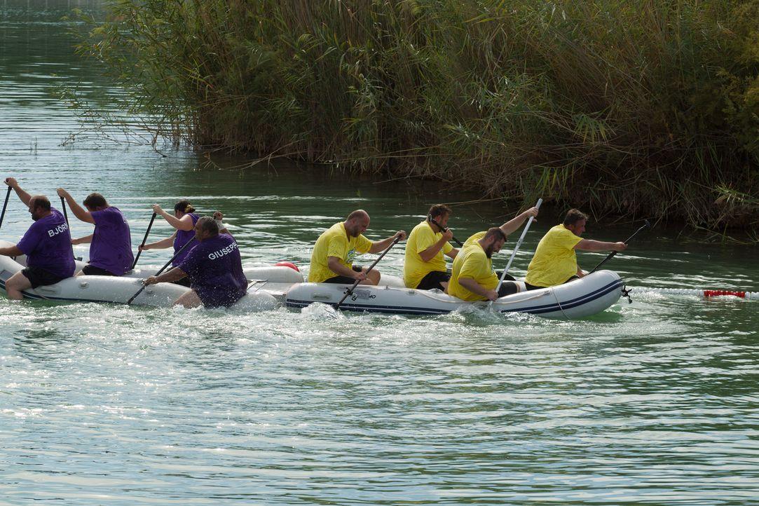 Team Gelb gegen Team Lila: Welches Team hat den größten Zusammenhalt und schafft es, das Boot auf seine Seite zu bringen? - Bildquelle: Enrique Cano SAT.1