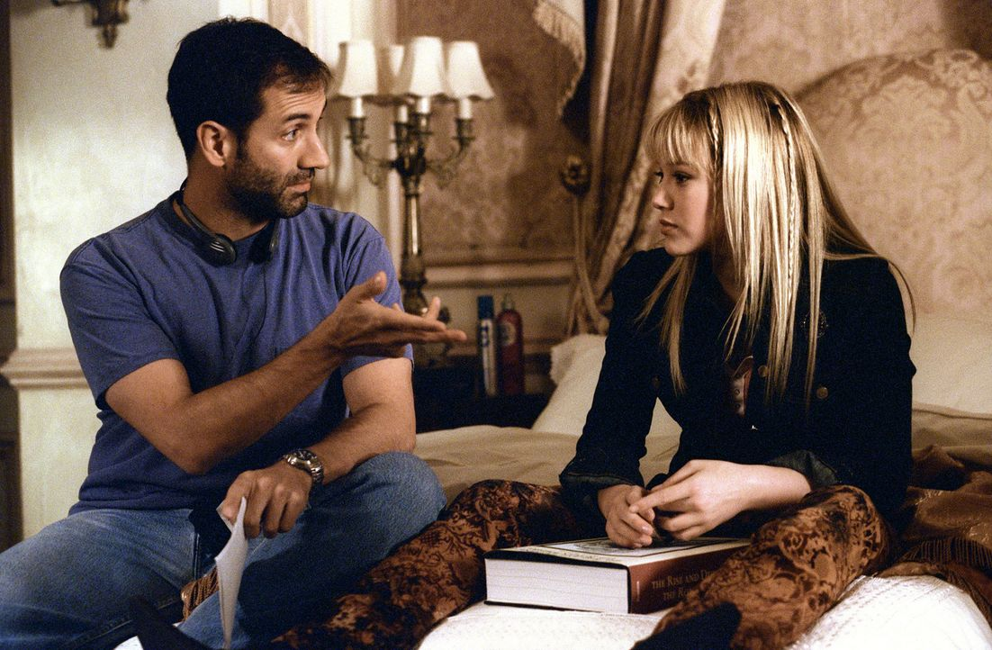 Regieanweisungen von Jim Fall, l. an Hauptdarstellerin Hilary Duff, r. - Bildquelle: Rob McEwan, Philippe Antonello Buena Vista Distribution