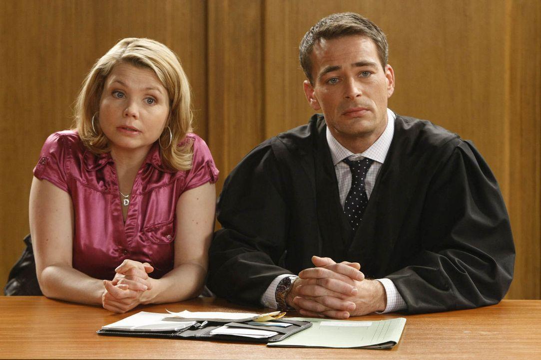 Da Danni (Annette Frier, l.), die total pleite ist, vor Gericht wegen ihrer Scheidung mit Andi ausrastet, fordert Richterin Matthias sie auf, sich e... - Bildquelle: Frank Dicks SAT.1