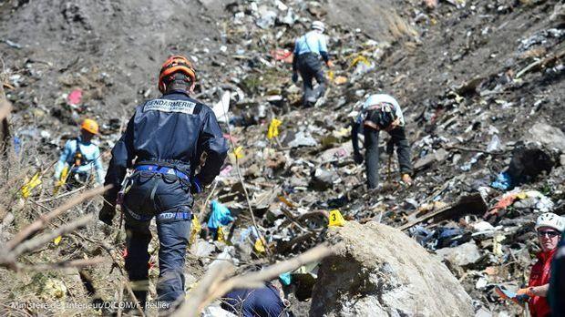 Ermittler inspizieren die Unglücksstelle in den französischen Alpen