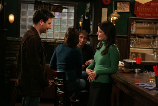 How I Met Your Mother - Als Ted (Josh Radnor, l.) in einer Bar Robin (Cobie S...