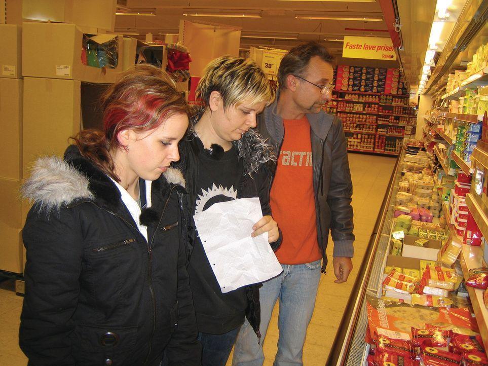 Der erste Einkauf in Norwegen: Steffanie (M.), Jennifer (l.) und Rüdiger (r.) - Bildquelle: kabel eins