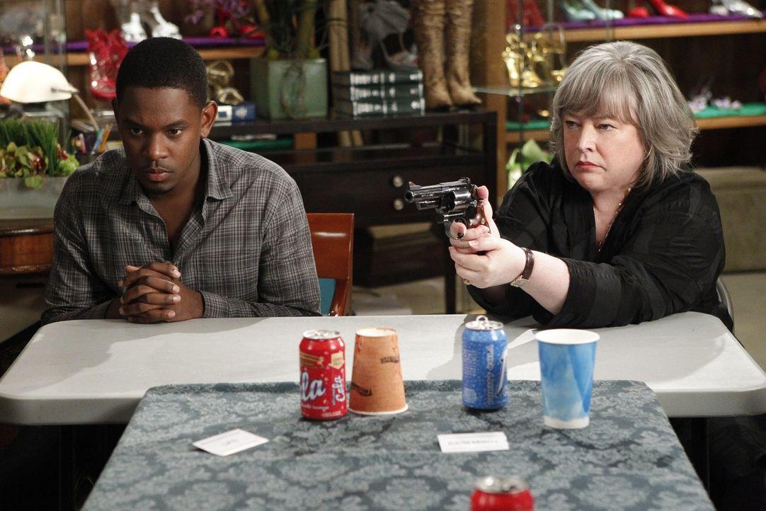 Versuchen zwischen zwei Gangs zu vermitteln, die in einem Clinch liegen: Malcolm (Aml Ameen, l.) und Harriet (Kathy Bates, r.) ... - Bildquelle: Warner Bros. Television
