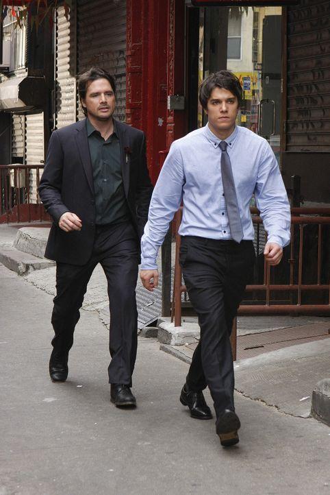 Nachdem Rufus (Matthew Settle, l.) erfahren hat, dass Scott (Chris Riggi, r.) sein Sohn ist, folgt er ihm, um alles zu klären. - Bildquelle: Warner Brothers