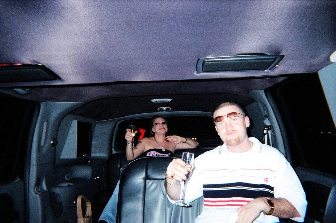Tiffany Cole (l.) und Michael Jackson (r.) schrecken vor nichts zurück, als sie erkennen, das ein befreundetes, altes Ehepaar viel Geld auf dem Kont... - Bildquelle: 2013 NBCUniversal ALL RIGHTS RESERVED.