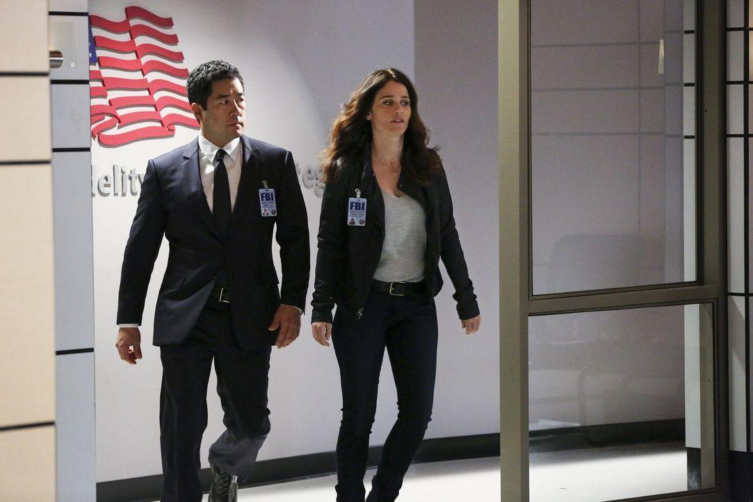 Die Existenz eines geheimen Spionageverbunds kommt ans Licht. Teresa Lisbon (Robin Tunney, r.) und Kimball Cho (Tim Kang, l.) versuchen eine Verbind... - Bildquelle: Warner Bros. Television