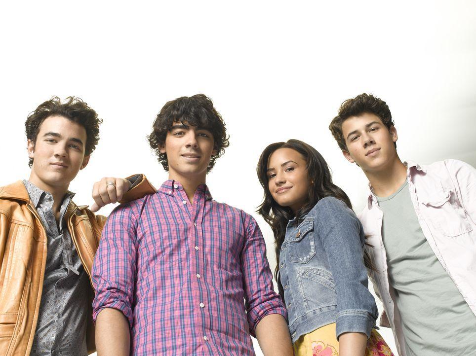 Freuen sich auf ihren zweiten Sommer im Camp Rock: (v.l.n.r.) Jason (Kevin Jonas), Shane (Joe Jonas), Mitchie (Demi Lovato) und Nate (Nick Jonas) ... - Bildquelle: Disney