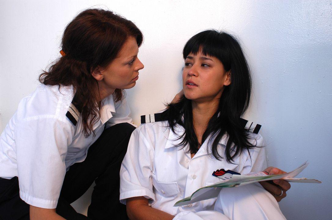 Sowohl Katrin (Isabell Gerschke, l.) als auch Zimmermädchen Mary (Luka Omoto, r.) leiden schrecklich unter Liebeskummer ... - Bildquelle: Gordon Mühle ProSieben
