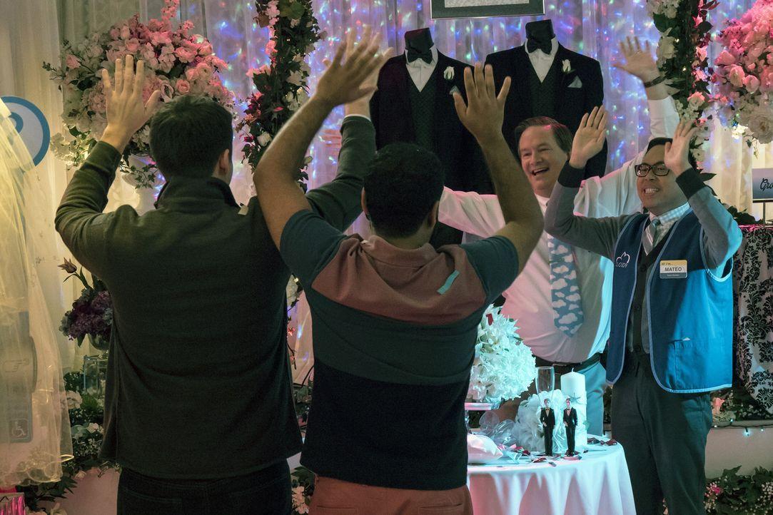 Etwas peinlich berührt feiert das homosexuelle Pärchen beim Hochzeits-Thementag von Cloud 9 mit. Pseudo-Wedding-Planner Glenn (Mark McKinney, 2.v.r.... - Bildquelle: Brandon Hickman 2015 Universal Television LLC. ALL RIGHTS RESERVED.