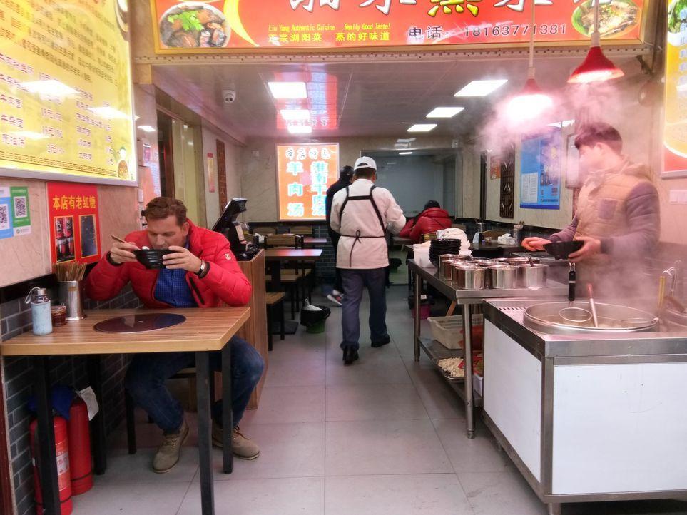 """""""Abenteuer Leben""""-Reporter und Globetrotter Kai Böcking (l.) macht in Shanghai den großen China-Check. Kann man in der 30 Millionen Metropole seinen... - Bildquelle: kabel eins"""