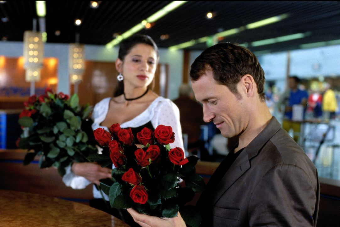 Bei seiner Geburtstagsfeier lernt Enno (Markus Knüfken, r.) Emily (Isabella Parkinson, l.) kennen, die sich als Rosenverkäuferin über Wasser hält. - Bildquelle: Uwe Stratmann Sat.1