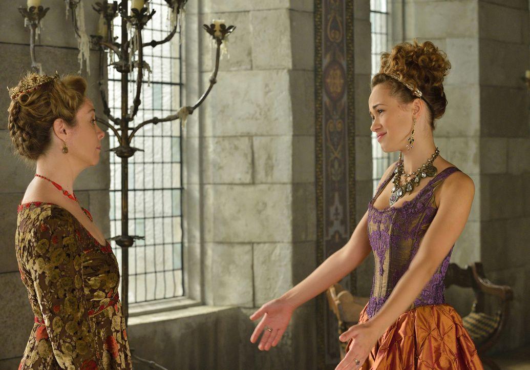 Catherine (Megan Follows, l.) ist ganz und gar nicht begeistert ihre Tochter Claude (Rose Williams, r.) wieder zu sehen ... - Bildquelle: Ben Mark Holzberg 2014 The CW Network, LLC. All rights reserved.