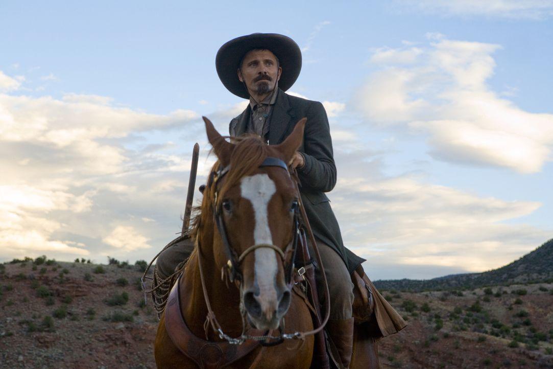 Everett Hitch (Viggo Mortensen) reitet mit seinem Pferd durch den wilden Westen und stellt seine eigenen Bedürfnisse hinter die derer, denen er hilf... - Bildquelle: Warner Bros.