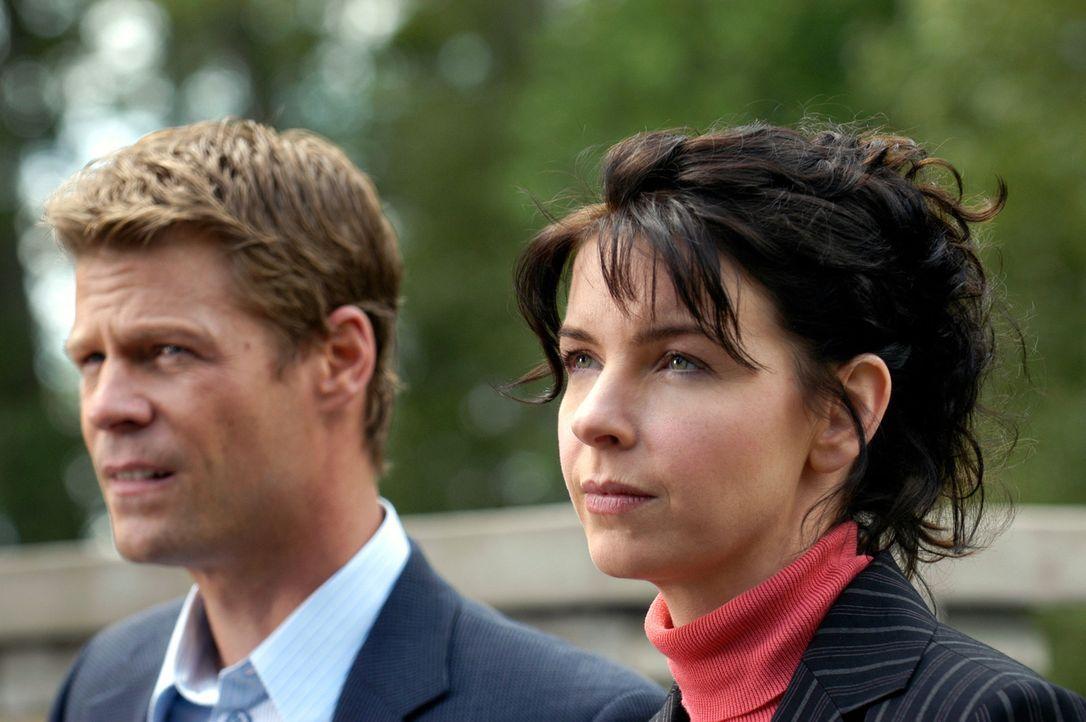 Tom Baldwin (Joel Gretsch, l.) und Diana Skouris (Jacqueline McKenzie, r.) versuchen eine Gruppe von Fanatikern zu stoppen, die es auf die Rückkehre... - Bildquelle: Viacom Productions Inc.