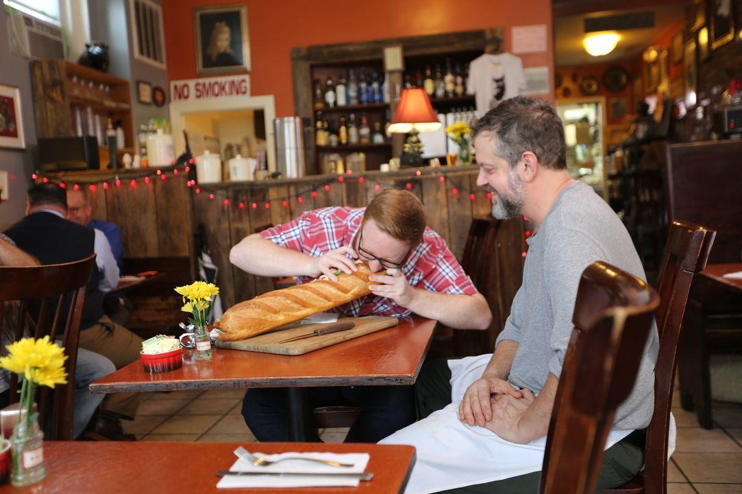 """Der """"Black Sheep"""" Besitzer und Koch Kevin Roberts (r.) ist gespannt, wie sich Josh (l.) bei seinem gigantischen """"CSS Manassas Sub Sandwich"""" schlagen... - Bildquelle: 2016,Television Food Network, G.P. All Rights Reserved."""