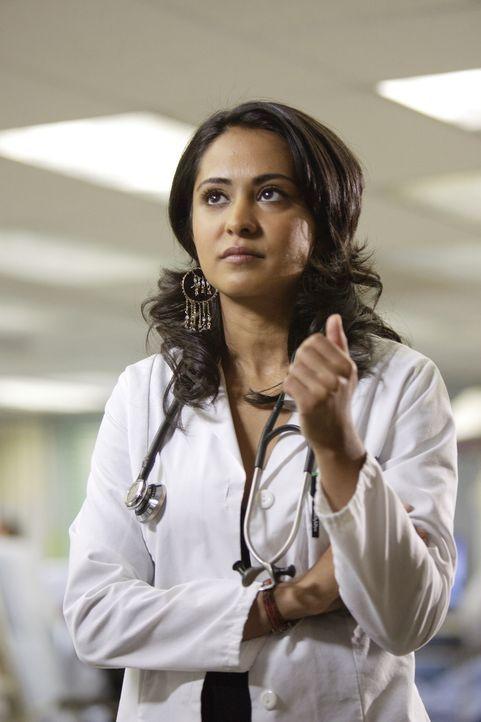 Mitten in einer Operation bekommt Neela (Parminder Nagra) einen Anruf aus dem Irak, der all ihre Pläne ändert ... - Bildquelle: Warner Bros. Television