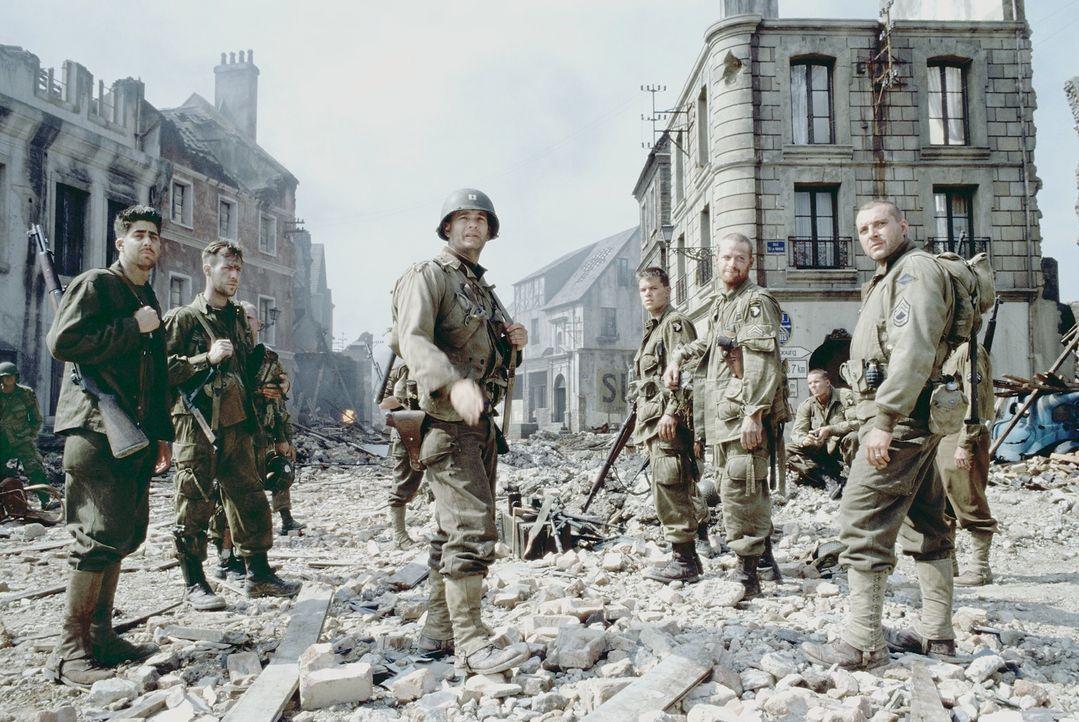 Captain Miller (Tom Hanks, M.) und seine Männer Mellish (Adam Goldberg, l.) und Sergeant Horvath (Tom Sizemore, r.) können  James Ryan (Matt Damon,... - Bildquelle: United International Pictures