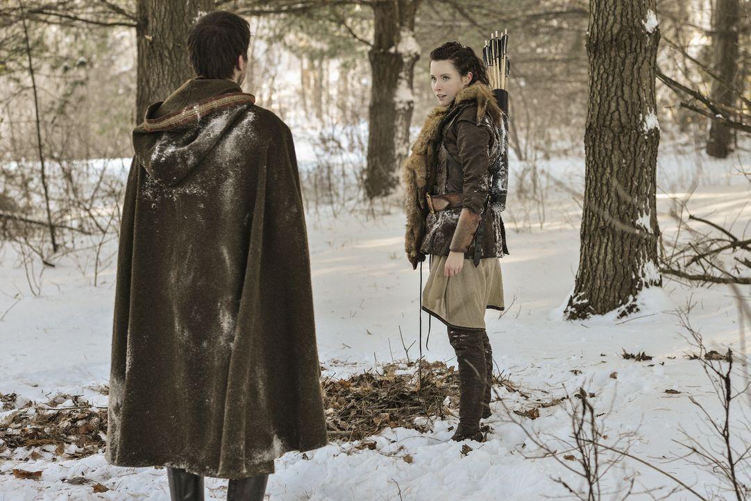 Bei der Jagd trifft Bash (Torrance Coombs, l.) in den Wäldern auf die hübsche Rowan (Hannah Anderson, r.) ... - Bildquelle: Sven Frenzel 2013 The CW Network, LLC. All rights reserved.