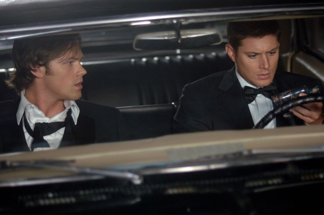 Sam (Jared Padalecki, l.) und Dean Winchester (Jensen Ackles, r.) untersuchen die mysteriösen Tode von Ertrunkenen, die während der Todeszeit nich... - Bildquelle: Warner Bros. Television