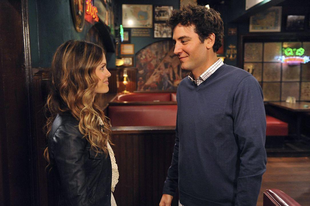 Während Marshall und Lily endlich ein Kind wollen, trifft Ted (Josh Radnor, l.) erneut auf Cindy (Rachel Bilson, l.) und erfährt eine schockierend... - Bildquelle: 20th Century Fox International Television