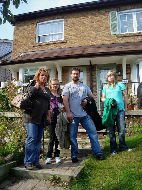 Alexander Tenzer (2.v.r.) und Kirsten Kolberg (l.) wollen mit ihren Kindern Lara (r.) und Justine (2.v.l.) aus der Kleinstadt Westerstede in die kanadische Millionen Metropole Toronto auswandern ...