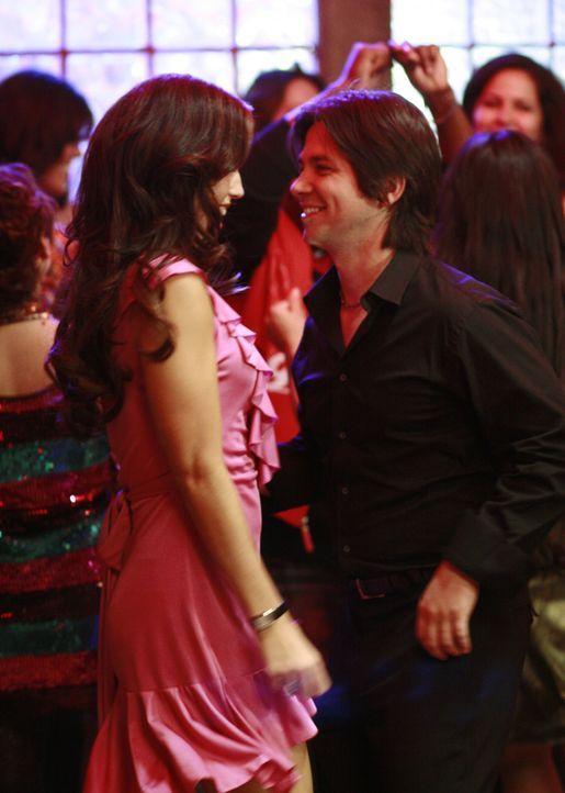 Frisch verliebt: Hilda (Ana Ortiz, l.) und Gio (Freddy Rodriguez, r.) ... - Bildquelle: Buena Vista International Television